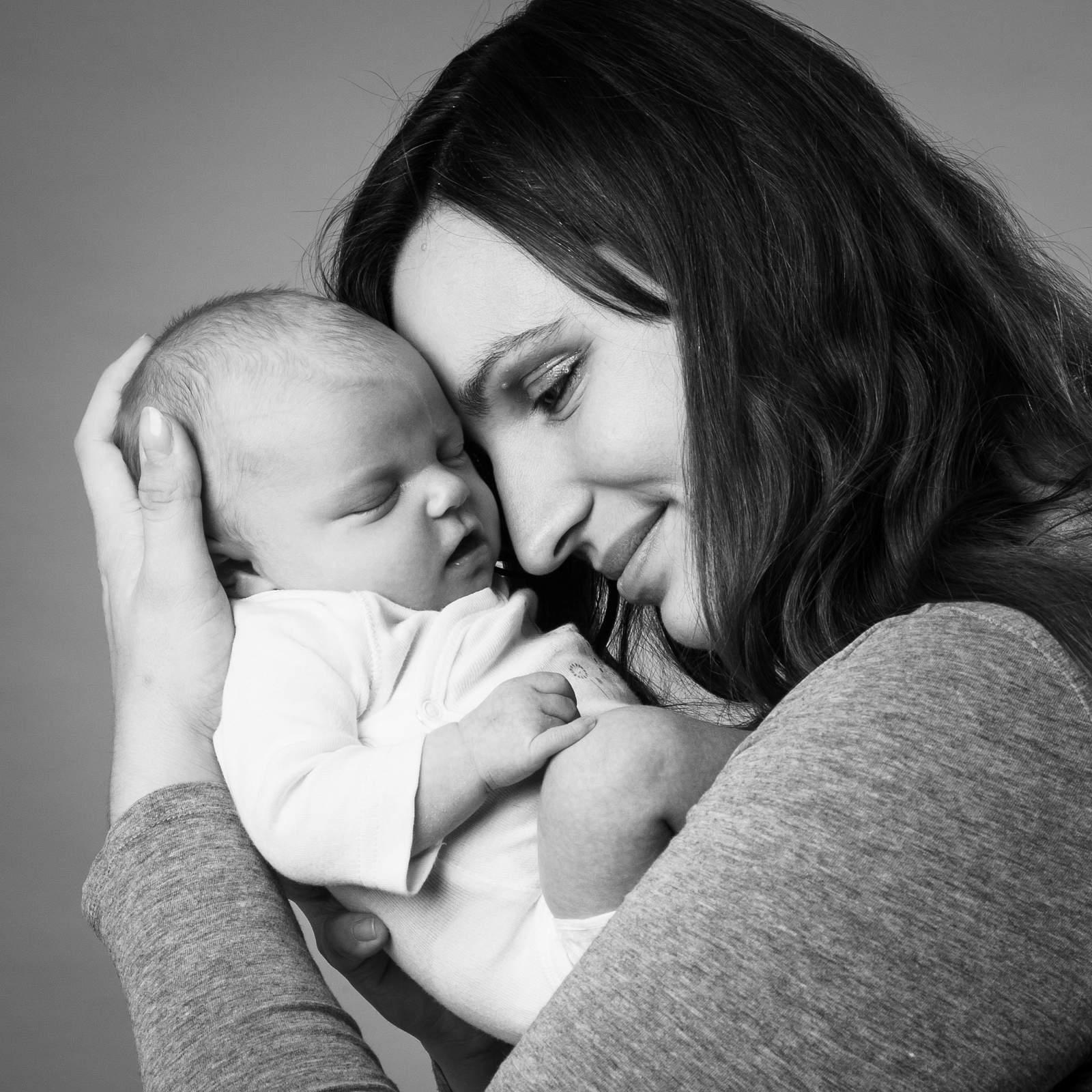 photographe-nouveau-ne-nancy-avec-maman-en-noir-et-blanc